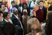 Дээрхийн Гэгээнтэн Далай Лам АНУ-ын Энх тайвны институтын гишүүд Залуу манлайлагч нарыг өөрийн өргөөнөөс үдэж байгаа нь. Энэтхэг, ХП, Дарамсала. 2017.11.07. Гэрэл зургийг Тэнзин Чойжор (ДЛО)