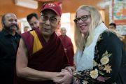 Его Святейшество Далай-лама примеряет кепку, преподнесенную ему в дар сотрудницей Института мира США по завершении второго дня двухдневного диалога с участниками программы обмена «Юные лидеры». Дхарамсала, Индия. 7 ноября 2017 г. Фото: Тензин Чойджор (офис ЕСДЛ)