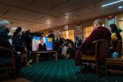 Его Святейшество Далай-лама, Алуэль Атем из Южного Судана и Паула Поррас из Колумбии принимают участие в программе «Поток», выходящей на международном телеканале «Аль-Джазира» на английском языке. Дхарамсала, Индия. 7 ноября 2017 г. Фото: Тензин Чойджор (офис ЕСДЛ)