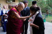 По прибытии в зал собраний своей резиденции в начале второго дня двухдневного диалога Его Святейшество Далай-лама приветствует участников программы обмена «Юные лидеры» Института мира США. Дхарамсала, Индия. 7 ноября 2017 г. Фото: Тензин Чойджор (офис ЕСДЛ)