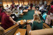 Уулзалтын төгсгөлд Дээрхийн Гэгээнтэн Далай Лам болон төлөөлөгч нар хамтдаа үдийн зоог барьлаа. Энэтхэг, ХП, Дарамсала. 2017.11.07. Гэрэл зургийг Тэнзин Чойжор (ДЛО)