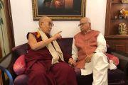 Его Святейшество Далай-лама во время встречи с бывшим заместителем премьер-министра Индии Л. К. Адвани. Нью-Дели, Индия. 18 ноября 2017 г. Фото: Тензин Такла (офис ЕСДЛ)