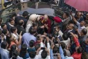 Его Святейшество Далай-лама дает краткое интервью журналистам перед отъездом из публичной школы Сальвана. Нью-Дели, Индия. 18 ноября 2017 г. Фото: Тензин Чойджор (офис ЕСДЛ)