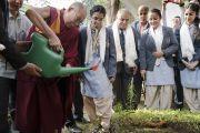 Его Святейшество Далай-лама высаживает молодое деревце в память о своем визите в публичную школу Сальвана. Нью-Дели, Индия. 18 ноября 2017 г. Фото: Тензин Чойджор (офис ЕСДЛ)