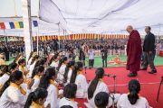Поднявшись на сцену, Его Святейшество Далай-лама приветствует учеников публичной школы Сальвана. Нью-Дели, Индия. 18 ноября 2017 г. Фото: Тензин Чойджор (офис ЕСДЛ)