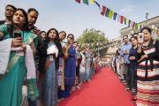 Слушатели выстроились в живой коридор, чтобы проводить Его Святейшество Далай-ламу по завершении лекции в публичной школе Сальвана. Нью-Дели, Индия. 18 ноября 2017 г. Фото: Тензин Чойджор (офис ЕСДЛ)