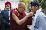 По прибытии в публичную школу Сальвана Его Святейшество Далай-лама шутливо приветствует одного из учеников. Нью-Дели, Индия. 18 ноября 2017 г. Фото: Тензин Чойджор (офис ЕСДЛ)