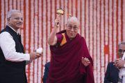 Его Святейшество Далай-лама вращает молитвенный барабан, преподнесенный ему в дар перед началом лекции в публичной школе Сальвана. Нью-Дели, Индия. 18 ноября 2017 г. Фото: Тензин Чойджор (офис ЕСДЛ)