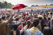 Его Святейшество Далай-лама идет через толпу своих почитателей по завершении лекции в публичной школе Сальвана. Нью-Дели, Индия. 18 ноября 2017 г. Фото: Тензин Чойджор (офис ЕСДЛ)