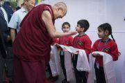 Его Святейшество Далай-лама приветствует юных учеников по прибытии в публичную школу Сальвана. Нью-Дели, Индия. 18 ноября 2017 г. Фото: Тензин Чойджор (офис ЕСДЛ)