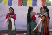 Ученицы публичной школы Сальвана ожидают прибытия Его Святейшества Далай-ламы. Нью-Дели, Индия. 18 ноября 2017 г. Фото: Тензин Чойджор (офис ЕСДЛ)