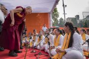 Его Святейшество Далай-лама благодарит учеников, выступавших во время его лекции в публичной школе Сальвана. Нью-Дели, Индия. 18 ноября 2017 г. Фото: Тензин Чойджор (офис ЕСДЛ)