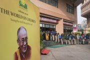 Школьники выстроились у входа в конференц-центр Национального объединенного союза Индии перед началом лекции Его Святейшества Далай-ламы о глобальной ответственности и сострадании, организованной по просьбе благотворительного фонда «Улыбка». Нью-Дели, Индия. 19 ноября 2017 г. Фото: Тензин Чойджор (офис ЕСДЛ)