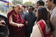 Сотрудники благотворительного фонда «Улыбка» встречают Его Святейшество Далай-ламу по прибытии в конференц-центр Национального объединенного союза Индии. Нью-Дели, Индия. 19 ноября 2017 г. Фото: Тензин Чойджор (офис ЕСДЛ)