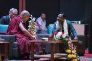 Его Святейшество Далай-лама и основатель благотворительного фонда «Улыбка» Сантану Мишра во время лекции о глобальной ответственности и сострадании. Нью-Дели, Индия. 19 ноября 2017 г. Фото: Тензин Чойджор (офис ЕСДЛ)