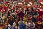 По завершении лекции Его Святейшество Далай-лама фотографируется со школьниками, получающими помощь благотворительного фонда «Улыбка». Нью-Дели, Индия. 19 ноября 2017 г. Фото: Тензин Чойджор (офис ЕСДЛ)