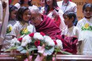 Поднявшись на сцену конференц-центра Национального объединенного союза Индии, Его Святейшество Далай-лама общается с детьми, получающими помощь благотворительного фонда «Улыбка». Нью-Дели, Индия. 19 ноября 2017 г. Фото: Тензин Чойджор (офис ЕСДЛ)