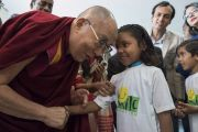 По прибытии в конференц-центр Национального объединенного союза Индии Его Святейшество Далай-лама приветствует девочку, получающую помощь благотворительного фонда «Улыбка». Нью-Дели, Индия. 19 ноября 2017 г. Фото: Тензин Чойджор (офис ЕСДЛ)