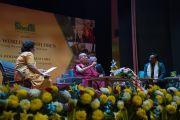Его Святейшество Далай-лама отвечает на вопросы слушателей во время лекции о глобальной ответственности и сострадании, организованной по просьбе благотворительного фонда «Улыбка». Нью-Дели, Индия. 19 ноября 2017 г. Фото: Тензин Чойджор (офис ЕСДЛ)