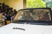 Его Святейшество Далай-лама прибывает в резиденцию главного министра штата Орисса. Бхубанешвар, штат Орисса, Индия. 20 ноября 2017 г. Фото: Тензин Чойджор (офис ЕСДЛ)