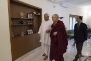 Главный министр штата Орисса Навин Патнаик показывает Его Святейшеству Далай-ламе свою резиденцию. Бхубанешвар, штат Орисса, Индия. 20 ноября 2017 г. Фото: Тензин Чойджор (офис ЕСДЛ)