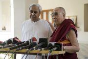 Его Святейшество Далай-лама и главный министр штата Орисса Навин Патнаик во время пресс-конференции. Бхубанешвар, штат Орисса, Индия. 20 ноября 2017 г. Фото: Тензин Чойджор (офис ЕСДЛ)