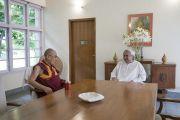 Его Святейшество Далай-лама беседует с главным министром штата Орисса Навином Патнаиком. Бхубанешвар, штат Орисса, Индия. 20 ноября 2017 г. Фото: Тензин Чойджор (офис ЕСДЛ)
