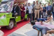 Студенты Института социологии «Калинга» демонстрируют позы йоги во время церемонии приветствия Его Святейшества Далай-ламы. Бхубанешвар, штат Орисса, Индия. 21 ноября 2017 г. Фото: Тензин Чойджор (офис ЕСДЛ)