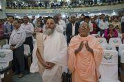 1600 слушателей встают, чтобы поблагодарить Его Святейшество Далай-ламу по завершении лекции в Институте индустриальных технологий «Калинга». Бхубанешвар, штат Орисса, Индия. 21 ноября 2017 г. Фото: Тензин Чойджор (офис ЕСДЛ)