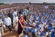 Его Святейшество Далай-лама пожимает руки некоторым из более чем 25 000 студентов Института социологии «Калинга». Бхубанешвар, штат Орисса, Индия. 21 ноября 2017 г. Фото: Тензин Чойджор (офис ЕСДЛ)