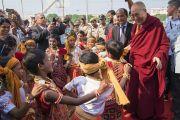 Дети в традиционных одеяниях танцуют, приветствуя Его Святейшество Далай-ламу, прибывшего на церемонию вручения 10-й награды Института социологии «Калинга» в области гуманитарной деятельности. Бхубанешвар, штат Орисса, Индия. 21 ноября 2017 г. Фото: Тензин Чойджор (офис ЕСДЛ)