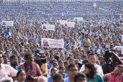 Некоторые из более чем 25 000 студентов, собравшихся на церемонии вручения Его Святейшеству Далай-ламе 10-й награды Института социологии «Калинга» в области гуманитарной деятельности. Бхубанешвар, штат Орисса, Индия. 21 ноября 2017 г. Фото: Тензин Чойджор (офис ЕСДЛ)