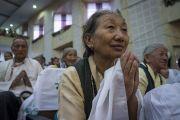 Тибетцы из поселения Пхунцоклинг, собравшиеся в зале Института индустриальных технологий «Калинга», слушают наставления Его Святейшества Далай-ламы. Бхубанешвар, штат Орисса, Индия. 21 ноября 2017 г. Фото: Тензин Чойджор (офис ЕСДЛ)