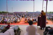 Его Святейшество Далай-лама дарует наставления более чем 25 000 студентов Института социологии «Калинга». Бхубанешвар, штат Орисса, Индия. 21 ноября 2017 г. Фото: Тензин Чойджор (офис ЕСДЛ)