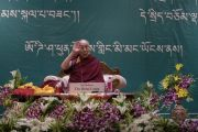 Его Святейшество Далай-лама машет рукой на прощание по завершении встречи с 1600 тибетцами из поселения Пхунцоклинг. Бхубанешвар, штат Орисса, Индия. 21 ноября 2017 г. Фото: Тензин Чойджор (офис ЕСДЛ)