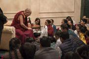 Его Святейшество Далай-лама дарует наставления тибетцам из местного тибетского сообщества. Калькутта, штат Западная Бенгалия, Индия. 23 ноября 2017 г. Фото: Тензин Чойджор (офис ЕСДЛ)