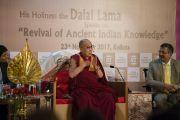 Его Святейшество Далай-лама приветствует членов и гостей Индийской торговой палаты. Калькутта, штат Западная Бенгалия, Индия. 23 ноября 2017 г. Фото: Тензин Чойджор (офис ЕСДЛ)