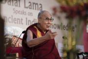 Его Святейшество Далай-лама отвечает на вопросы в ходе лекции, организованной по просьбе Индийской торговой палаты. Калькутта, штат Западная Бенгалия, Индия. 23 ноября 2017 г. Фото: Тензин Чойджор (офис ЕСДЛ)