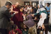 Его Святейшество Далай-лама подходит ближе, чтобы поприветствовать тибетцев-мусульман во время встречи с членами местного тибетского сообщества. Калькутта, штат Западная Бенгалия, Индия. 23 ноября 2017 г. Фото: Тензин Чойджор (офис ЕСДЛ)