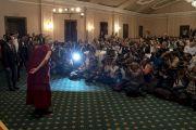 Его Святейшество Далай-лама приветствует журналистов перед началом лекции о возрождении древней индийской мудрости, организованной по просьбе Индийской торговой палаты. Калькутта, штат Западная Бенгалия, Индия. 23 ноября 2017 г. Фото: Тензин Чойджор (офис ЕСДЛ)
