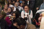 Тибетцы из местного тибетского сообщества почтительно приветствуют Его Святейшество Далай-ламу. Калькутта, штат Западная Бенгалия, Индия. 23 ноября 2017 г. Фото: Тензин Чойджор (офис ЕСДЛ)
