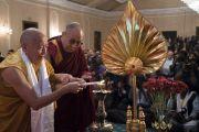 Его Святейшество Далай-лама помогает зажечь традиционный светильник перед началом лекции о возрождении древней индийской мудрости, организованной по просьбе Индийской торговой палаты. Калькутта, штат Западная Бенгалия, Индия. 23 ноября 2017 г. Фото: Тензин Чойджор (офис ЕСДЛ)