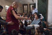 Его Святейшество Далай-лама собирается утешить пожилого тибетца в начале встречи с членами местного тибетского сообщества. Калькутта, штат Западная Бенгалия, Индия. 23 ноября 2017 г. Фото: Тензин Чойджор (офис ЕСДЛ)