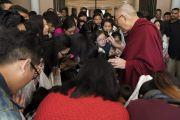 По завершении встречи с членами местного тибетского сообщества Его Святейшество Далай-лама дает наставления студентам. Калькутта, штат Западная Бенгалия, Индия. 23 ноября 2017 г. Фото: Тензин Чойджор (офис ЕСДЛ)