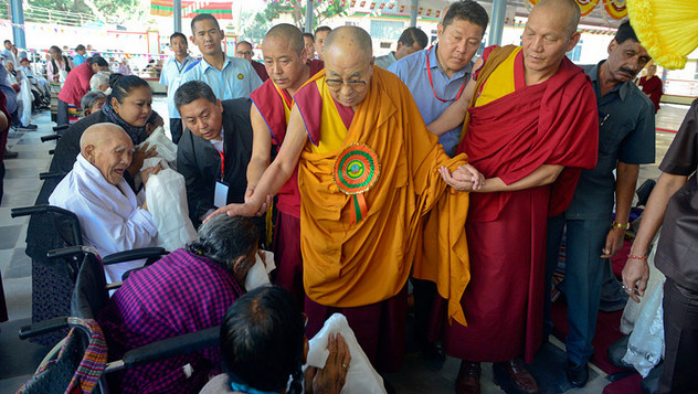 Далай-лама принял участие в торжественном открытии нового двора для философских диспутов в женском монастыре Джангчуб Чолинг и прибыл в монастырь Ганден