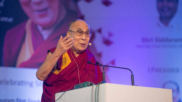 Далай-лама посетил празднование серебряного юбилея старшей школы «Сешадрипурам»
