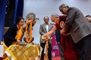 Его Святейшество Далай-лама зажигает традиционный светильник в знак открытия ежегодной церемонии вручения наград Правительственного колледжа. Дхарамсала, Индия. 5 декабря 2017 г. Фото: дост. Тензин Джампель.