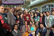 По завершении лекции в Правительственном колледже Его Святейшество Далай-лама фотографируется с коллективом колледжа. Дхарамсала, Индия. 5 декабря 2017 г. Фото: дост. Тензин Джампель.