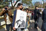 Один из почитателей держит в руках нарисованный им портрет Его Святейшества Далай-ламы, ожидая отъезда Далай-ламы из Правительственного колледжа. Дхарамсала, Индия. 5 декабря 2017 г. Фото: дост. Тензин Джампель.
