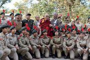 Его Святейшество Далай-лама фотографируется с воспитанниками Национального кадетского корпуса по прибытии в Правительственный колледж. Дхарамсала, Индия. 5 декабря 2017 г. Фото: дост. Тензин Джампель.